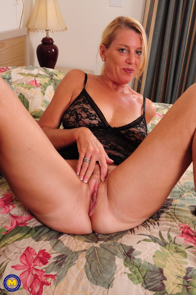 Mature wife works that pussy